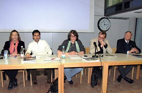 Foto vom Podium. Sprecher waren von links nach rechts: Elsa Rassbach ...